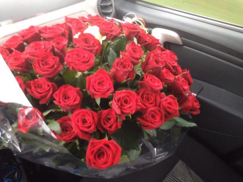 60 rode rozen en 1 witte